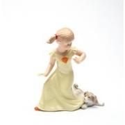 Статуэтка 11,8 см Девочка с собачкой в желтом платье
