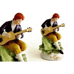 Статуэтка «Юноша с гитарой»