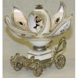 Музыкальная шкатулка - карета «Жених и невеста» Длина —5 см, высота —11 см