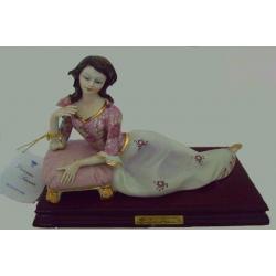 Статуэтка «Девушка с пуфиком» (цветная),19х25 см