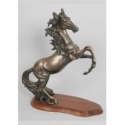 Лошадь на дыбах каштан 44х39 см.