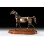 Лошадь на подставке цвет - каштан 19х22см
