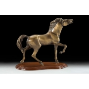 Конь на подставке цвет - каштан 33х34см