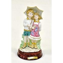 Статуэтка «Под зонтом» (цветная)25 см