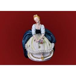 Статуэтка «Девушка с букетом цветов»