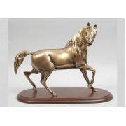 Лошадь на деревянной подставке 28х36см.