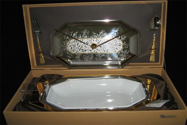 Блюдо для горячего с крышкой и фарфоровой вставкой с вилкой и ложкой «Dubai Gold» (Giorinox)
